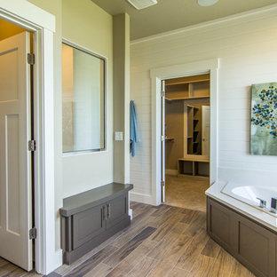 Immagine di una stanza da bagno padronale country di medie dimensioni con ante in stile shaker, ante in legno bruno, vasca ad angolo, piastrelle bianche, piastrelle diamantate, pareti bianche, pavimento in gres porcellanato, lavabo da incasso, top in quarzite e pavimento marrone