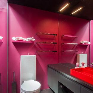 Ejemplo de cuarto de baño actual, pequeño, con ducha esquinera, sanitario de una pieza, paredes rosas y lavabo de seno grande