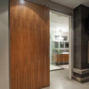 バンクーバーのコンテンポラリースタイルのおしゃれな浴室 (ベッセル式洗面器、フラットパネル扉のキャビネット、中間色木目調キャビネット、コーナー設置型シャワー) の写真