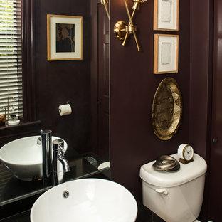 Diseño de cuarto de baño con ducha, clásico renovado, pequeño, con sanitario de una pieza, paredes púrpuras, suelo de corcho, lavabo sobreencimera, encimera de granito, suelo marrón y encimeras negras