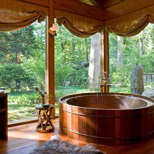Immagine di una stanza da bagno padronale etnica con vasca giapponese, parquet scuro e pavimento marrone