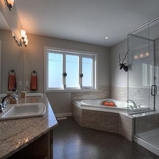 Foto di una grande stanza da bagno padronale stile rurale con lavabo da incasso, ante in stile shaker, ante in legno scuro, top in granito, vasca ad angolo, doccia ad angolo, WC a due pezzi, piastrelle beige, piastrelle in ceramica, pareti beige e pavimento in sughero