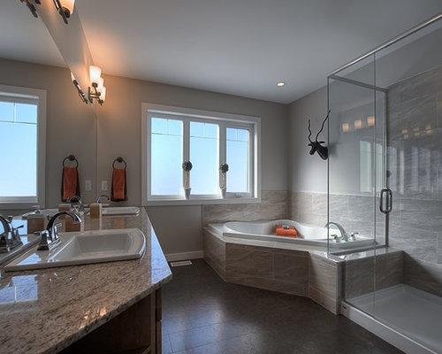 Großes Uriges Badezimmer En Suite Mit Einbauwaschbecken, Schrankfronten Im  Shaker Stil, Hellbraunen Holzschränken