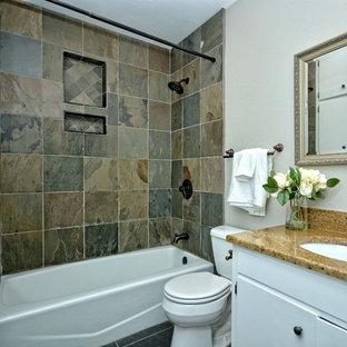 Ejemplo de cuarto de baño principal, de estilo americano, pequeño, con armarios con paneles lisos, puertas de armario blancas, bañera encastrada, combinación de ducha y bañera, baldosas y/o azulejos beige, baldosas y/o azulejos de piedra, lavabo encastrado y encimera de piedra caliza