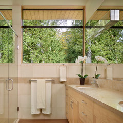 contemporary bathroom by Gelotte Hommas Architecture