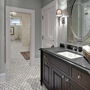 Inspiration för klassiska badrum, med luckor med upphöjd panel, skåp i mörkt trä, grå väggar, ett undermonterad handfat och granitbänkskiva