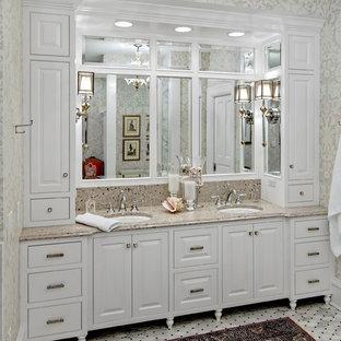 Diseño de cuarto de baño clásico con lavabo bajoencimera, armarios con paneles con relieve, puertas de armario blancas, encimera de granito y encimeras beige