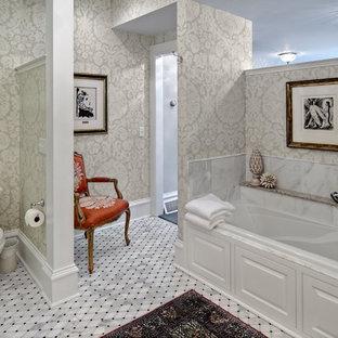 Mittelgroßes Klassisches Badezimmer En Suite mit Mosaikfliesen, bunten Wänden, Badewanne in Nische, Wandtoilette mit Spülkasten und Marmorboden in Minneapolis