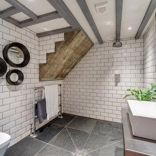 Foto di una grande stanza da bagno con doccia stile rurale con consolle stile comò, zona vasca/doccia separata, WC sospeso, piastrelle bianche, piastrelle in ceramica, pareti bianche, pavimento in ardesia, lavabo rettangolare, top in acciaio inossidabile e pavimento grigio