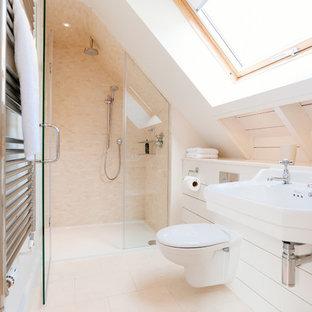 Идея дизайна: ванная комната в морском стиле с подвесной раковиной, душем в нише, инсталляцией, бежевой плиткой, плиткой мозаикой и белыми стенами