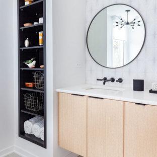 Diseño de cuarto de baño principal, retro, con armarios con paneles lisos, puertas de armario de madera clara, encimeras blancas, paredes blancas, lavabo bajoencimera y suelo gris