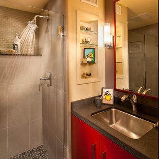 Mittelgroßes Modernes Badezimmer mit Unterbauwaschbecken, flächenbündigen Schrankfronten, roten Schränken, Duschnische, beigefarbenen Fliesen und beiger Wandfarbe in San Francisco