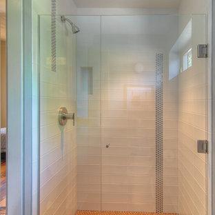 Ispirazione per una piccola stanza da bagno padronale tradizionale con ante lisce, ante in legno chiaro, doccia alcova, piastrelle bianche, piastrelle in metallo, pareti grigie e pavimento in sughero
