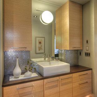 Esempio di una piccola stanza da bagno padronale chic con lavabo a bacinella, ante lisce, ante in legno chiaro, piastrelle in metallo, pareti grigie e pavimento in sughero