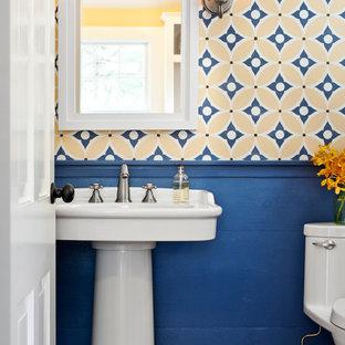 Idéer för mellanstora funkis badrum med dusch, med ett piedestal handfat, en toalettstol med hel cisternkåpa, blå väggar och mellanmörkt trägolv