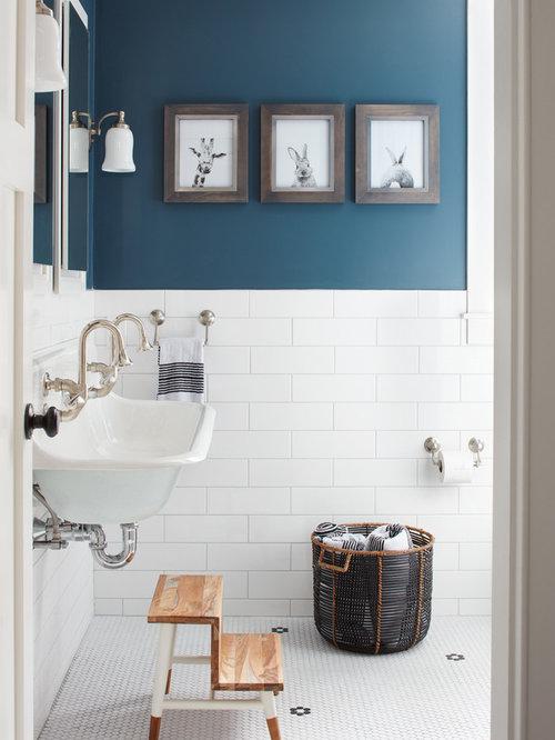 Landhausstil Badezimmer Mit Blauer Wandfarbe, Mosaik Bodenfliesen Und  Trogwaschbecken In Boston
