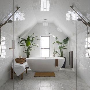 Foto de cuarto de baño principal, contemporáneo, de tamaño medio, sin sin inodoro, con bañera exenta, baldosas y/o azulejos blancos, baldosas y/o azulejos de mármol, paredes blancas, suelo de baldosas de porcelana y suelo blanco