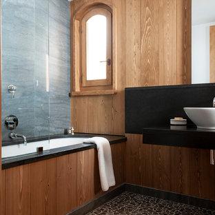 Inspiration pour une salle de bain principale nordique de taille moyenne avec une baignoire posée, une douche à l'italienne, un sol en galet, un plan de toilette en onyx et un plan de toilette noir.