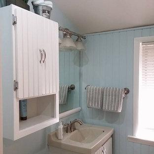 Idee per una stanza da bagno con doccia stile shabby di medie dimensioni con ante a filo, ante bianche, vasca da incasso, doccia aperta, WC monopezzo, piastrelle bianche, lastra di pietra, pareti blu, parquet chiaro, lavabo da incasso e top in superficie solida