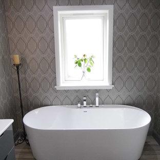Diseño de cuarto de baño contemporáneo, de tamaño medio, con bañera exenta y paredes grises