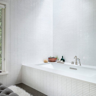 Foto de cuarto de baño principal, actual, de tamaño medio, con lavabo bajoencimera, bañera encastrada sin remate, baldosas y/o azulejos blancos, baldosas y/o azulejos en mosaico y suelo de piedra caliza