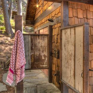 ミネアポリスの小さいラスティックスタイルのおしゃれな浴室 (オープン型シャワー、ベッセル式洗面器、開き戸のシャワー、板張り壁) の写真