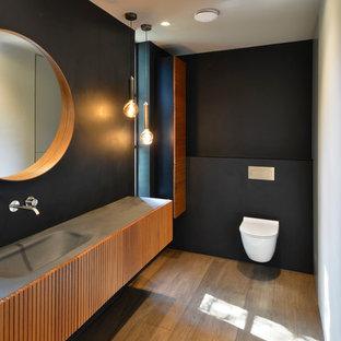 Стильный дизайн: ванная комната в стиле модернизм с фасадами с филенкой типа жалюзи, фасадами цвета дерева среднего тона, открытым душем, инсталляцией, синими стенами, паркетным полом среднего тона, накладной раковиной, столешницей из бетона, коричневым полом, открытым душем и серой столешницей - последний тренд
