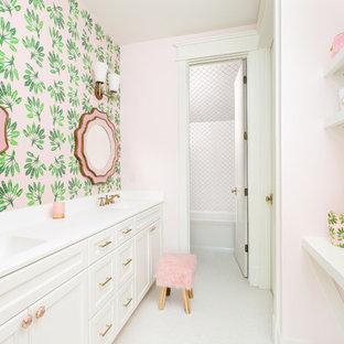 Modelo de cuarto de baño infantil, tradicional renovado, grande, con paredes rosas, puertas de armario blancas, bañera empotrada, combinación de ducha y bañera, baldosas y/o azulejos blancos, suelo blanco, encimeras blancas, armarios con paneles empotrados, suelo con mosaicos de baldosas, baldosas y/o azulejos de cerámica, lavabo integrado, encimera de cuarzo compacto y ducha con cortina