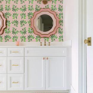 Modelo de cuarto de baño infantil, tradicional renovado, grande, con paredes rosas, armarios con paneles empotrados, puertas de armario blancas, bañera empotrada, combinación de ducha y bañera, baldosas y/o azulejos blancos, baldosas y/o azulejos de cerámica, suelo con mosaicos de baldosas, lavabo integrado, encimera de cuarzo compacto, suelo blanco, ducha con cortina y encimeras blancas