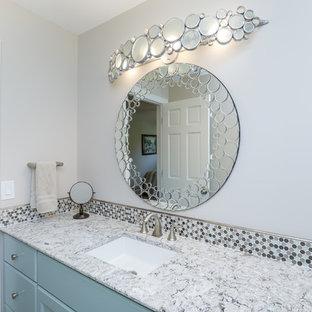 クリーブランドの中サイズのトランジショナルスタイルのおしゃれな浴室 (落し込みパネル扉のキャビネット、ターコイズのキャビネット、分離型トイレ、マルチカラーのタイル、モザイクタイル、白い壁、アンダーカウンター洗面器、珪岩の洗面台) の写真
