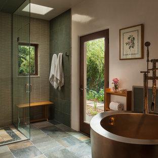 Ispirazione per una stanza da bagno padronale design con doccia a filo pavimento, piastrelle grigie, pareti bianche, vasca giapponese e porta doccia a battente