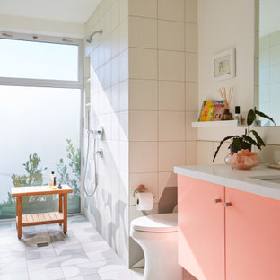 Foto på ett retro vit badrum för barn, med släta luckor, lila skåp, en öppen dusch, en toalettstol med hel cisternkåpa, gul kakel, porslinskakel, vita väggar, klinkergolv i porslin, ett undermonterad handfat, bänkskiva i kvarts, grått golv och med dusch som är öppen