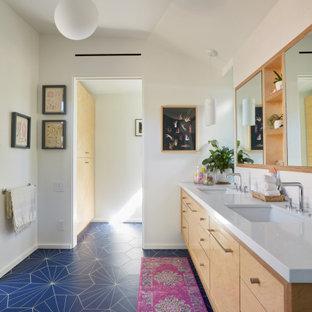 Ispirazione per una stanza da bagno padronale minimalista con ante lisce, ante in legno chiaro, vasca freestanding, doccia aperta, piastrelle blu, piastrelle in gres porcellanato, pareti bianche, pavimento in gres porcellanato, lavabo sottopiano, top in quarzo composito, pavimento blu, doccia aperta e top bianco