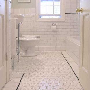 Exempel på ett mellanstort klassiskt badrum med dusch, med vit kakel, keramikplattor, gröna väggar, klinkergolv i keramik och ett piedestal handfat
