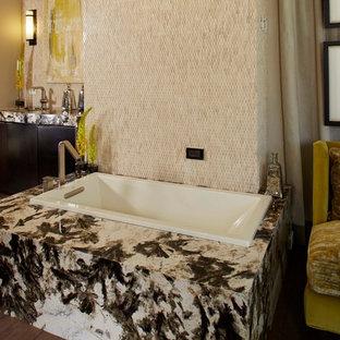 Idee per una stanza da bagno padronale eclettica di medie dimensioni con ante lisce, ante in legno bruno, vasca sottopiano, piastrelle multicolore, piastrelle in pietra, pareti beige, pavimento in legno massello medio, lavabo integrato e top piastrellato