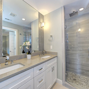 Ispirazione per una piccola stanza da bagno con doccia minimalista con ante con riquadro incassato, ante bianche, doccia doppia, piastrelle grigie, lastra di pietra, pareti grigie, pavimento con piastrelle in ceramica e lavabo da incasso