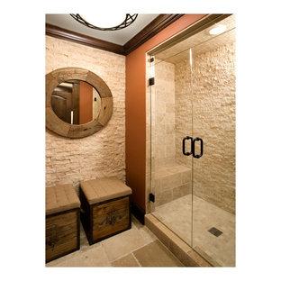 Idee per una stanza da bagno padronale stile rurale di medie dimensioni con doccia alcova, piastrelle beige, piastrelle in ceramica, pareti beige, pavimento in ardesia, pavimento marrone e porta doccia a battente