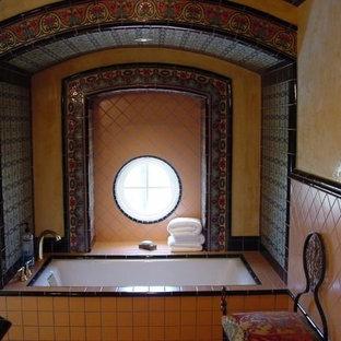 Mittelgroßes Mediterranes Badezimmer En Suite mit Einbaubadewanne, farbigen Fliesen, Terrakottafliesen, bunten Wänden und gefliestem Waschtisch in Los Angeles
