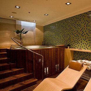 Ejemplo de cuarto de baño principal, minimalista, con puertas de armario de madera en tonos medios, jacuzzi, paredes beige, suelo de madera oscura, encimera de madera, baldosas y/o azulejos multicolor y baldosas y/o azulejos en mosaico