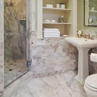 Klassisk inredning av ett mellanstort en-suite badrum, med öppna hyllor, vita skåp, en dusch i en alkov, beige kakel, rosa kakel, marmorkakel, gröna väggar, marmorgolv och ett piedestal handfat