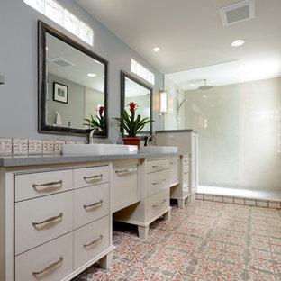 Großes Klassisches Badezimmer En Suite mit Kassettenfronten, beigen Schränken, Duschnische, farbigen Fliesen, Terrakottafliesen, grauer Wandfarbe, Terrakottaboden, Aufsatzwaschbecken und Quarzwerkstein-Waschtisch in Phoenix