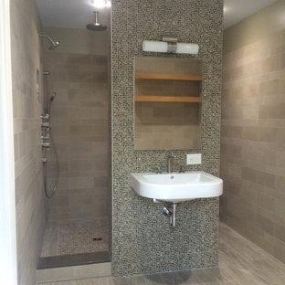 Пример оригинального дизайна: главная ванная комната среднего размера в современном стиле с открытыми фасадами, угловым душем, бежевыми стенами, деревянным полом и подвесной раковиной