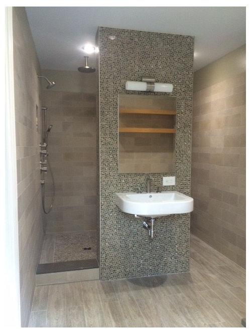 Badezimmer mit wandwaschbecken und gebeiztem holzboden for Badezimmer ideen mit holzboden