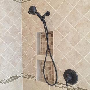 Esempio di una stanza da bagno padronale stile americano di medie dimensioni con lavabo sottopiano, ante in legno bruno, top in quarzo composito, doccia aperta, WC a due pezzi, piastrelle beige, piastrelle in gres porcellanato, pareti arancioni e pavimento in gres porcellanato