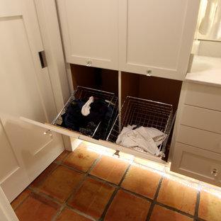 他の地域のトランジショナルスタイルのおしゃれなマスターバスルーム (落し込みパネル扉のキャビネット、白いキャビネット、アルコーブ型シャワー、分離型トイレ、マルチカラーのタイル、磁器タイル、グレーの壁、テラコッタタイルの床、アンダーカウンター洗面器、クオーツストーンの洗面台) の写真