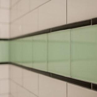 Foto di una stanza da bagno minimal di medie dimensioni con ante verdi, pistrelle in bianco e nero, piastrelle in ceramica, pareti bianche e top piastrellato