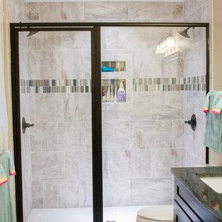 Foto di una stanza da bagno contemporanea di medie dimensioni con ante marroni, piastrelle marroni, piastrelle in ceramica, pareti beige, pavimento con piastrelle in ceramica e top piastrellato