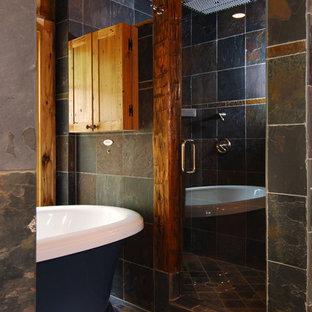 Ejemplo de cuarto de baño rural, pequeño, con bañera exenta, ducha empotrada, baldosas y/o azulejos multicolor y baldosas y/o azulejos de pizarra