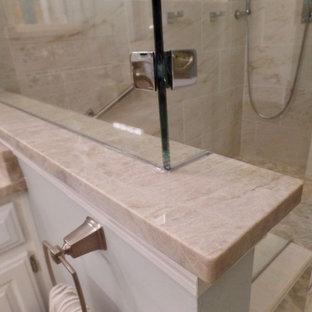 他の地域の中くらいのトラディショナルスタイルのおしゃれなマスターバスルーム (レイズドパネル扉のキャビネット、白いキャビネット、アルコーブ型シャワー、分離型トイレ、ベージュのタイル、磁器タイル、緑の壁、磁器タイルの床、アンダーカウンター洗面器、珪岩の洗面台、ベージュの床、開き戸のシャワー) の写真