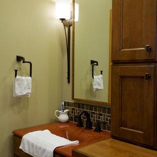 Ejemplo de cuarto de baño principal, tradicional, de tamaño medio, con armarios con paneles empotrados, puertas de armario de madera oscura, paredes verdes y encimeras rojas